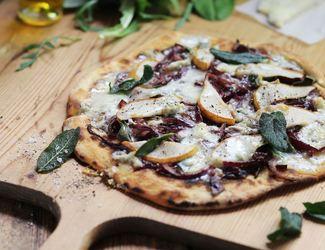 Видеорецепт пиццы с грушей и голубым сыром